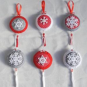 Hópelyhes pomponok- nagy, Dekoráció, Karácsonyi, adventi apróságok, Ünnepi dekoráció, Karácsonyi dekoráció, Varrás, Öltöztesd piros pöttyösbe a karácsonyt!  Filcből és textilből készült hópelyhes pomponok. Teljes mé..., Meska