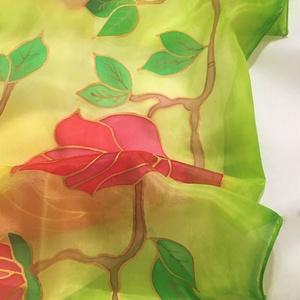 Virág kert az ég alatt selyemsál 90x90 cm, Táska, Divat & Szépség, Esküvő, Nászajándék, Ruha, divat, Sál, sapka, kesztyű, Sál, Selyemfestés, Varázslatos Magnólia Fa. Gyönyörű pirosas, rózsás árnyalatok, zöld-sárga háttéren, arany kontúrral d..., Meska