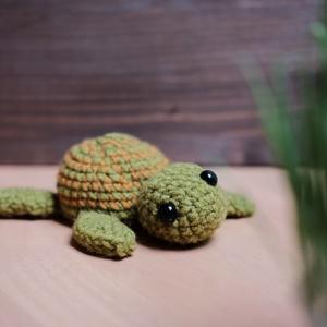 Kis teknős, Gyerek & játék, Horgolás, Horgolt teknős, műanyag szemekkel.\nTöltőanyag: bab, Meska