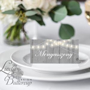 Esküvői ültetőkártya, party kártya, Esküvői ültető, pajta esküvő, fa, őszi, ősz, őszi levél, fényfűzér, fa háttér, Esküvő, Naptár, képeslap, album, Otthon & lakás, Meghívó, ültetőkártya, köszönőajándék, Esküvői dekoráció, Fotó, grafika, rajz, illusztráció, Papírművészet, Igényes, sátras, két oladalas asztali ültetőkártya\n\nMÉRETE összehajtva: kb: 4.5x9.2cm\n\n* SZERKESZTÉS..., Meska