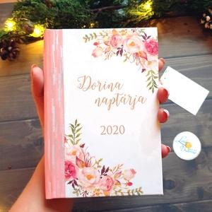 2020-as naptár, kalendár, zsebnaptár, Egyedi naptár, könyvjelző, 2020 naptár, egyedi, Karácsonyi ajándék, névreszóló, Otthon & lakás, Naptár, képeslap, album, Naptár, Dekoráció, Ünnepi dekoráció, Karácsony, Adventi naptár, Fotó, grafika, rajz, illusztráció, Mindenmás, 2020-as naptár egyedi borítóval.\n\n* Egyedi borítású 2020-as Naptár: kényelmesen táskában hordozható\n..., Meska