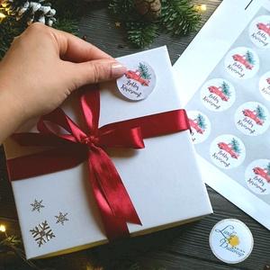 MATRICA, 20db, piros autó, fenyő, körmatrica, kör, címke, Karácsonyi Ajándékkísérő,  cédula, vignetta, levonó, sticker, Karácsonyi képeslap, Karácsony & Mikulás, Otthon & Lakás, Fotó, grafika, rajz, illusztráció, Mindenmás, 20db Karácsonyi Körmatrica\n\nMATRICA KIVITELEZÉSE:\n* A4-es matrica lapon\n* Könnyen lehúzható\n* Minimu..., Meska