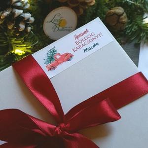 MATRICA, 14db, egyedi, névreszóló, piros autó, fenyő, címke, Karácsonyi Ajándékkísérő, cédula, vignetta, levonó, sticker, Otthon & lakás, Dekoráció, Ünnepi dekoráció, Karácsony, Ajándékkísérő, Naptár, képeslap, album, Ajándékkísérő, Fotó, grafika, rajz, illusztráció, Mindenmás, 14db Egyedi Karácsonyi Téglalap Matrica\n\nMATRICA KIVITELEZÉSE:\n* A4-es matrica lapon\n* Könnyen lehúz..., Meska