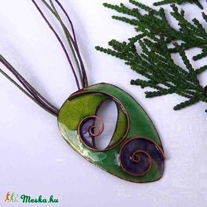 Zöld - lila cirbolya tűzzománc nyaklánc, Ékszer, Nyaklánc, Medál, Ékszerkészítés, Tűzzománc, Zöld - lila, indás, spirálos díszítésű egyedi nyaklánc, rekeszzománc eljárással készítve.\nKb:5 x 5 c..., Meska