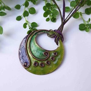 Lila - zöld cirbolya tűzzománc nyaklánc, Ékszer, Nyaklánc, Medál, Ékszerkészítés, Tűzzománc, Lila - zöld, indás, spirálos díszítésű egyedi nyaklánc, rekeszzománc eljárással készítve.\nKb:5 x 5 c..., Meska