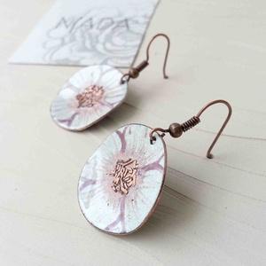 Fehér - rózsaszín virág anemona tűzzománc lógós kerek fülbevaló kézzel festett, Ékszer, Fülbevaló, Fémmegmunkálás, Tűzzománc, Stilizált virágot mintázó sorozatom fehér - rózsaszín színű darabja.\nA vörösréz alapot magam fűrésze..., Meska