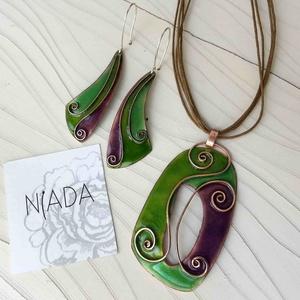Fűzöld - lila cirbolya tűzzománc rekeszzománc ékszer szett nyaklánc és fülbevaló, zöld, világoszöld, orgona lila,  (lineornament) - Meska.hu