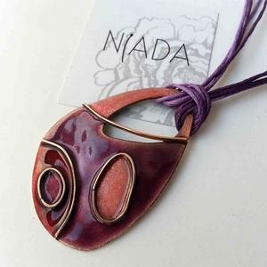 Lila - rózsaszín - bordó lepkeszárny cirbolya tűzzománc nyaklánc medál, Ékszer, Nyaklánc, Medál, Ékszerkészítés, Tűzzománc, Lila - rózsaszín - bordó színárnyalatban pompázó természet ihlette díszítésű egyedi nyaklánc, rekesz..., Meska