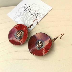 Bordó anemona pipacs virág tűzzománc fülbeavló bordó fülbevaló tűzzománc pipacs, Lógó fülbevaló, Fülbevaló, Ékszer, Fémmegmunkálás, Tűzzománc, Stilizált pipacs virágot mintázó sorozatom bordó színű darabja.\nA fülbevaló 3 cm átmérőjű és vörösré..., Meska