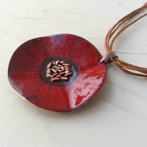Bordó anemona pipacs virág tűzzománc nyaklánc: tűzzománc nyaklánc piros pipacs medál, Ékszer, Ékszerszett, Fülbevaló, Medál, Fémmegmunkálás, Tűzzománc, Stilizált pipacs virágot mintázó sorozatom bordó színű darabja.\nA medál kb: 4cm átmérőjű és több szá..., Meska