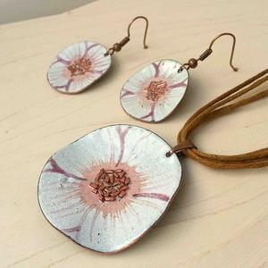 Fehér anemona pipacs virág tűzzománc szett : tűzzománc nyaklánc és fülbevaló, Ékszer, Ékszerszett, Fülbevaló, Medál, Fémmegmunkálás, Tűzzománc, Stilizált pipacs virágot mintázó sorozatom fehér színű darabja.\nA medál kb: 4cm átmérőjű és több szá..., Meska