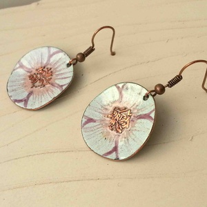 fehér anemona pipacs virág tűzzománc fülbeavló fehér fülbevaló tűzzománc pipacs, Lógós kerek fülbevaló, Fülbevaló, Ékszer, Fémmegmunkálás, Tűzzománc, Stilizált pipacs virágot mintázó sorozatom fehér színű darabja.\nA fülbevaló 3 cm átmérőjű és vörösré..., Meska
