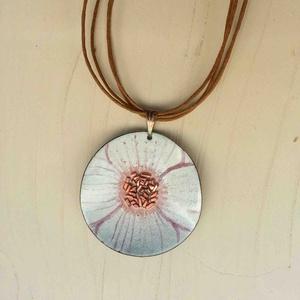 Fehér anemona pipacs virág tűzzománc nyaklánc: tűzzománc nyaklánc fehér pipacs medál (lineornament) - Meska.hu