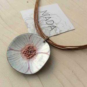 Fehér anemona pipacs virág tűzzománc nyaklánc: tűzzománc nyaklánc fehér pipacs medál, Ékszer, Ékszerszett, Fülbevaló, Medál, Fémmegmunkálás, Tűzzománc, Stilizált pipacs virágot mintázó sorozatom fehér színű darabja.\nA medál kb: 4cm átmérőjű és több szá..., Meska