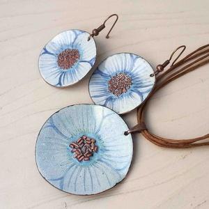 Fehér - kék anemona pipacs virág tűzzománc szett : tűzzománc nyaklánc és fülbevaló, Ékszerszett, Ékszer, Fémmegmunkálás, Tűzzománc, Stilizált pipacs virágot mintázó sorozatom fehér  -\n kék színű darabja.\nA medál kb: 4cm átmérőjű és ..., Meska