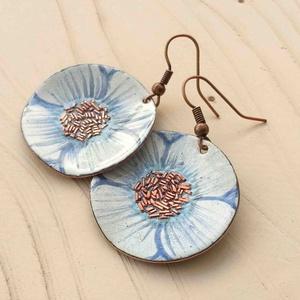 fehér - kék anemona pipacs virág tűzzománc fülbeavló fehér fülbevaló tűzzománc pipacs, Ékszer, Ékszerszett, Fülbevaló, Medál, Fémmegmunkálás, Tűzzománc, Stilizált pipacs virágot mintázó sorozatom fehér - kék színű darabja.\nA fülbevaló 3 cm átmérőjű és v..., Meska