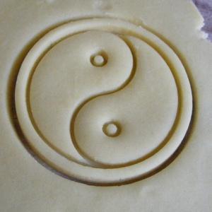 Tai Ji (Yin és Yang) szimbólum sütikiszúró, Egyéb, Férfiaknak, Konyhafőnök kellékei, Mindenmás, Mézeskalácssütés, Saját tervezésű és 3D-nyomtatású  süteménykiszúró forma.  Mérete 6,5 x 6,5 x 1,2 cm.  Anyaga: körny..., Meska