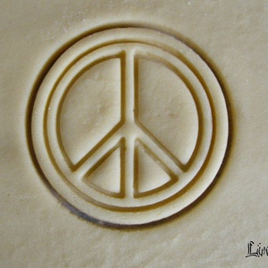 Béke jel sütikiszúró, Egyéb, Férfiaknak, Konyhafőnök kellékei, Mindenmás, Mézeskalácssütés, Saját tervezésű és 3D-nyomtatású  süteménykiszúró forma.\n\nMérete 6,5 x 6,5 x 1,2 cm.\n\nAnyaga: környe..., Meska