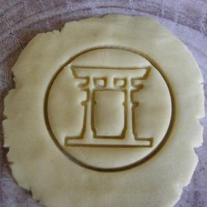Torii sütikiszúró, Egyéb, Férfiaknak, Konyhafőnök kellékei, Mindenmás, Mézeskalácssütés, Saját tervezésű és 3D-nyomtatású  süteménykiszúró forma.\n\nA torii (鳥居) tradicionális japán kapuforma..., Meska