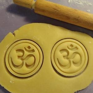 Aum sütikiszúró (óm, Pranavána), Egyéb, Férfiaknak, Konyhafőnök kellékei, Mindenmás, Mézeskalácssütés, Saját tervezésű és 3D-nyomtatású  süteménykiszúró forma.\n\nAz aum vagy másképp óm (szanszkrit: ॐ). Pr..., Meska