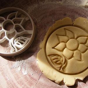Virág, Egyéb, Otthon & lakás, Konyhafelszerelés, Saját tervezésű és 3D-nyomtatású  süteménykiszúró forma.  Mérete:  7,6x1,2 cm.  Anyaga: környezetbar..., Meska
