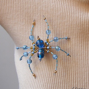 Pók kék-arany színekben (kitűző, bross) - ékszer - kitűző és bross - kitűző - Meska.hu
