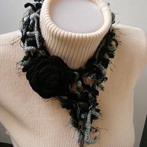 Horgolt ágas-bogas nyaklánc fekete-szürke színekben - ékszer - nyaklánc - hosszú nyaklánc - Meska.hu