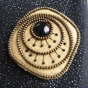 Cipzárbross (kitűző) - barnás keki filc, fekete gomb, Ékszer, Kitűző és Bross, Kitűző, Varrás, Meska