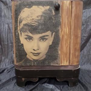 Audrey Hepburn art deco éjjeli szekrény, Otthon & lakás, Bútor, Szekrény, Lakberendezés, Festett tárgyak, Decoupage, transzfer és szalvétatechnika, A szekrényt krétafestékkel festettem, a képet transzferálással tettem az ajtóra, wax-al zártam.\n..., Meska