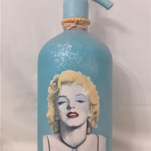 Festett Retro szódásüveg, Marilyn Monroe, Otthon & Lakás, Dekoráció, Dísztárgy, Decoupage, transzfer és szalvétatechnika, Decoupage technikával és festéssel dekorált szódásüveg.\n31 cm magas, kb 2 kg\n, Meska