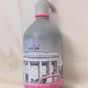 Festett Retro szódásüveg, Berlin pink trabant, Otthon & Lakás, Dekoráció, Dísztárgy, Decoupage technikával és festéssel dekorált szódásüveg. 31 cm magas, kb 2 kg , Meska