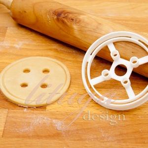 Gomb süteménykiszúró forma - mézeskalács forma, Otthon & Lakás, Sütikiszúró, Konyhafelszerelés, Négylyukú gombot formázó sütemény kiszúró formát készítettünk a varrás szerelmeseinek.  7,5 cm x 5 c..., Meska