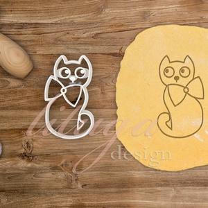 Cica kekszkiszúró, Macska süteménykiszúró mézeskalács forma, Otthon & lakás, Konyhafelszerelés, Gyerek & játék, Mindenmás, Mézeskalácssütés, Ülő cica nagy masnival kekszkiszúró\n\nKérhető belső mintával vagy csak körvonal is, 7,5 cm vagy 10 cm..., Meska