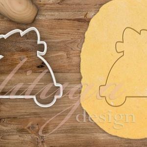 Autó fenyővel kekszkiszúró, Kisautó fenyőfával mézeskalács szaggató, sütikiszúró, linzer kiszúró forma, Otthon & Lakás, Sütikiszúró, Konyhafelszerelés, Fenyőfát szállító kisautó körvonalát formázó sütemény kiszúró, karácsonyi mézeskalács szaggató forma..., Meska