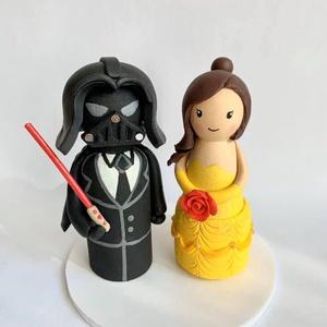 Darth Vader és Bella esküvői tortadísz, Esküvő, Dekoráció, Sütidísz, Gyurma, Az alapja fa, melyet festek és süthető gyurmával dekorálok. \nA marcipános változattal ellentétben ez..., Meska