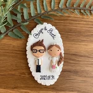 Személyes hűtőmágnes esküvőre, Esküvő, Dekoráció, Asztaldísz, Gyurma, Egy kedves ajándék a boríték mellé az ifjú párnak saját nevekkel és dátummal. \nKérésednek megfelelőe..., Meska