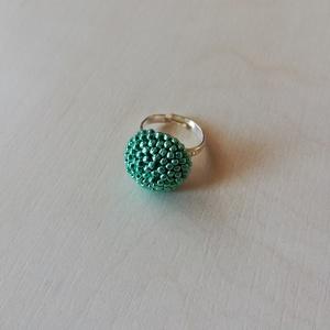 Türkiz gyűrű, Ékszer, Gyűrű, Gyöngyfűzés, gyöngyhímzés, Horgolás, Galvanizált türkiz zöld japán kásagyöngyökből horgoltam egy alapot, amivel bevontam a 12 mm-es üvegl..., Meska