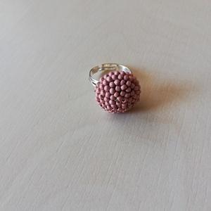 Barack korall gyűrű , Gyöngyös gyűrű, Gyűrű, Ékszer, Gyöngyfűzés, gyöngyhímzés, Horgolás, Barack korall színű japán kásagyöngyökkel horgoltam körbe egy 12 mm-es üveglencsét, amit utána nikke..., Meska