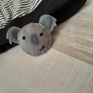 Koala macis kitűző, Kitűző, Kitűző & Bross, Ékszer, Varrás, Cuki koalás  kitűző, mely hordható kabáton, sálon, de akár egy egyszínű sapkát is fellehet dobni vel..., Meska