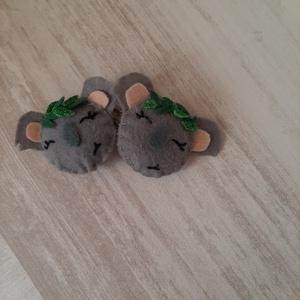 Koala Csit-csat, Hajcsat & Hajtű, Hajdísz & Hajcsat, Ruha & Divat, Varrás, Csit-csat alapra, filcből készítettem el ezt a  cuki koala macis csatot.\n\nApró levelekkel díszítette..., Meska