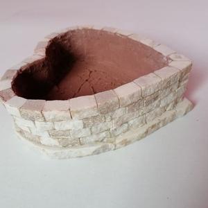 Virágtartó roppantott márványból, Otthon & Lakás, Dekoráció, Virágtartó, Mozaik, Kőfaragás, Szív alakű virágtartó roppantott márványból.\n2x1 cm kis kockákból, rusztikus felületű szívet csinált..., Meska