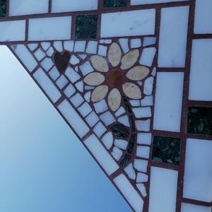 Mozaik tükör keret virág dísszel, Otthon & Lakás, Dekoráció, Tükör, Mozaik, Márvány lapra ragasztva, sárga virág dísszel a jobb felső sarkában, kis szívvel, világos és zöld már..., Meska