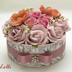 Mályva vintage rózsás köszöntő box, Esküvő, Otthon & lakás, Lakberendezés, Meghívó, ültetőkártya, köszönőajándék, Asztaldísz, Virágkötés, Ezt a romantikus kerek virágboxot, élethű    habrózsákkal és selyemvirágokkal díszítettem.  A  dobo..., Meska