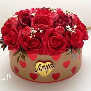 Vörös rózsás virágbox virágdoboz - Nagy, Esküvő, Otthon & lakás, Lakberendezés, Asztaldísz, Anyák napja, Ünnepi dekoráció, Dekoráció, Meghívó, ültetőkártya, köszönőajándék, Virágkötés, Lepd meg anyukádat ezzel a romantikus virágdobozzal, melybe csodaszép vörös habrózsákat és világos ..., Meska