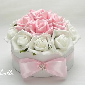 Fehér-rózsaszín virágdoboz, Esküvő, Otthon & lakás, Lakberendezés, Dekoráció, Ünnepi dekoráció, Anyák napja, Meghívó, ültetőkártya, köszönőajándék, Szülőköszöntő Virágdoboz Fehér és rózsaszín habrózsákból,  a dobozot csinos masnival díszítettem.  A..., Meska