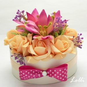 Pötyi Pink - barack virágdoboz, Esküvő, Otthon & lakás, Lakberendezés, Asztaldísz, Meghívó, ültetőkártya, köszönőajándék, Esküvői csokor, Szülőköszöntő Virágdoboz pink liliomokkal és barackos habrózsákból,  a dobozokat csinos pöttyös masn..., Meska
