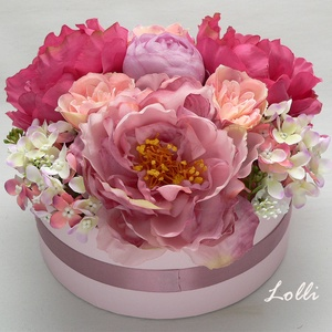 Lila Barack Pink bazsarózsás virágdoboz, virágbox, Otthon & lakás, Lakberendezés, Asztaldísz, Dekoráció, Ünnepi dekoráció, Anyák napja, Vidám színes szülőköszöntő vagy anyáknapi Virágdoboz hatalmas bazsarózsákkal, hortenziákkal.  A komp..., Meska
