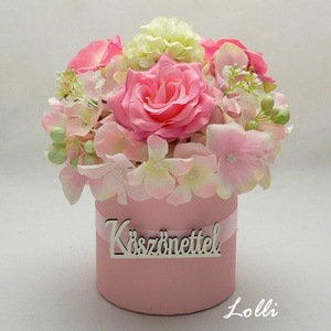 Rózsaszín köszönettel virágdoboz, Esküvő, Otthon & lakás, Meghívó, ültetőkártya, köszönőajándék, Lakberendezés, Asztaldísz, Esküvői csokor, Rózsaszín selyemvirágokkal díszített virágdoboz A doboz átmérője 9cm, a dísz átmérője 14cm, a kompoz..., Meska