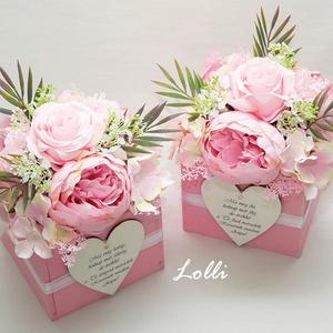 Rózsaszín bazsarózsás szülőköszöntő ládikók párban, Esküvő, Otthon & lakás, Meghívó, ültetőkártya, köszönőajándék, Lakberendezés, Asztaldísz, Esküvői csokor, 13x13x11cm méretű szülőköszöntő ládikók,  elejükön transzferált szövegű fa szívekkel,  és rózsaszín ..., Meska