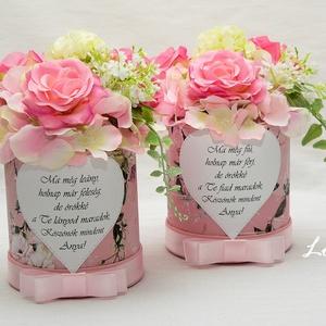 Pink rózsás szülőköszöntő virágdobozok, Esküvő, Meghívó, ültetőkártya, köszönőajándék, Otthon & lakás, Lakberendezés, Asztaldísz, Esküvői csokor, Virágkötés, Decoupage, transzfer és szalvétatechnika, Szülőköszöntő feliratos prémium selyemvirágokkal díszített virágdobozkák\nA virág kompozíciók mérete:..., Meska